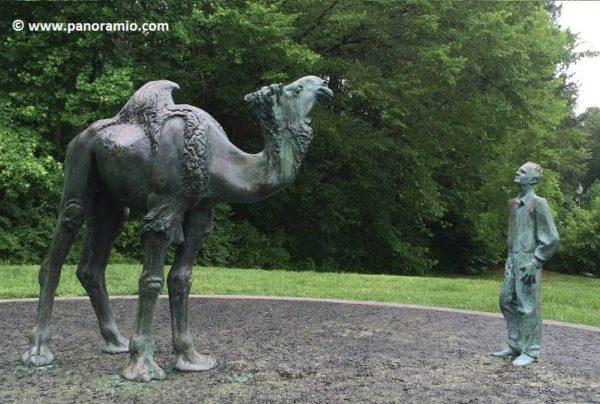 Памятник Шмидт-Ниелсен и верблюд